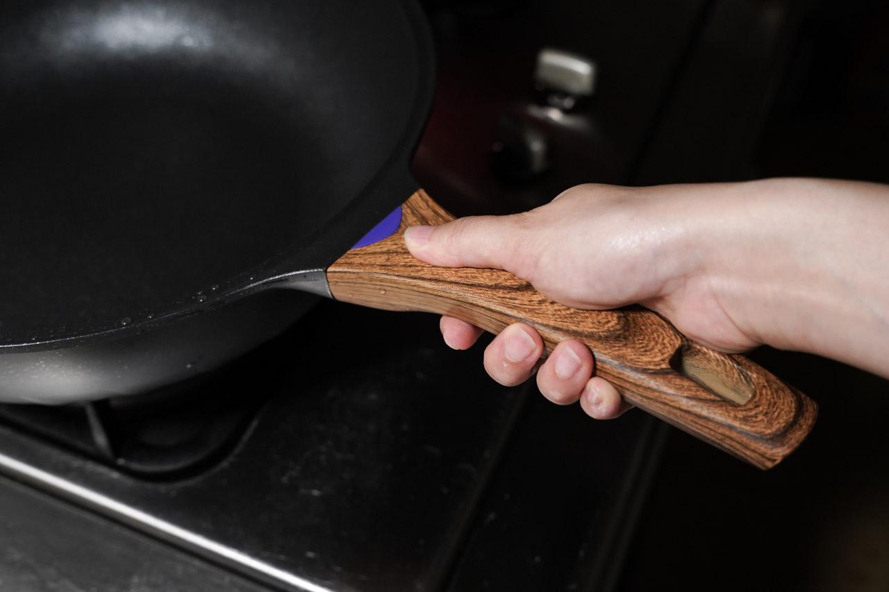 【開箱】少油煙救星,美味料理好幫手|總舖師 日本大金麥飯石塗層34公分不沾鍋炒鍋ZPS-34M/六層壓鑄鍋體/一體成型/不挑爐灶/不沾好翻炒 19