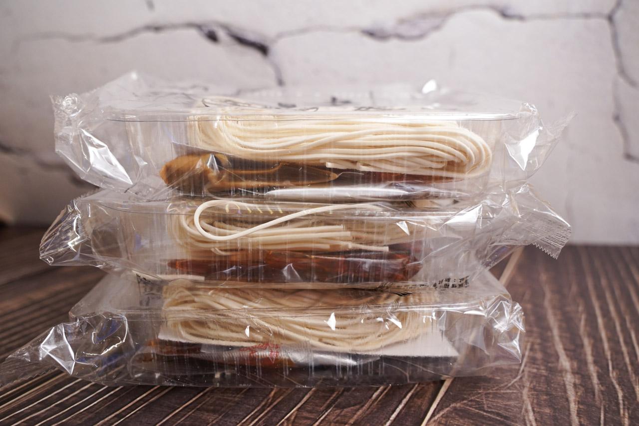 最近乾拌麵在市面上非常火紅,琳瑯滿目各種明星代言的乾拌麵品牌,很容易讓人頓時之間陷入選擇困難情境,這次要分享的是「老媽拌麵」laomanoodle 全新素食煮藝,特別強調使用百年老廠的芝麻醬,共有兩種口味「紅油擔擔」以及「香椿椒麻」,還強調全素可食。