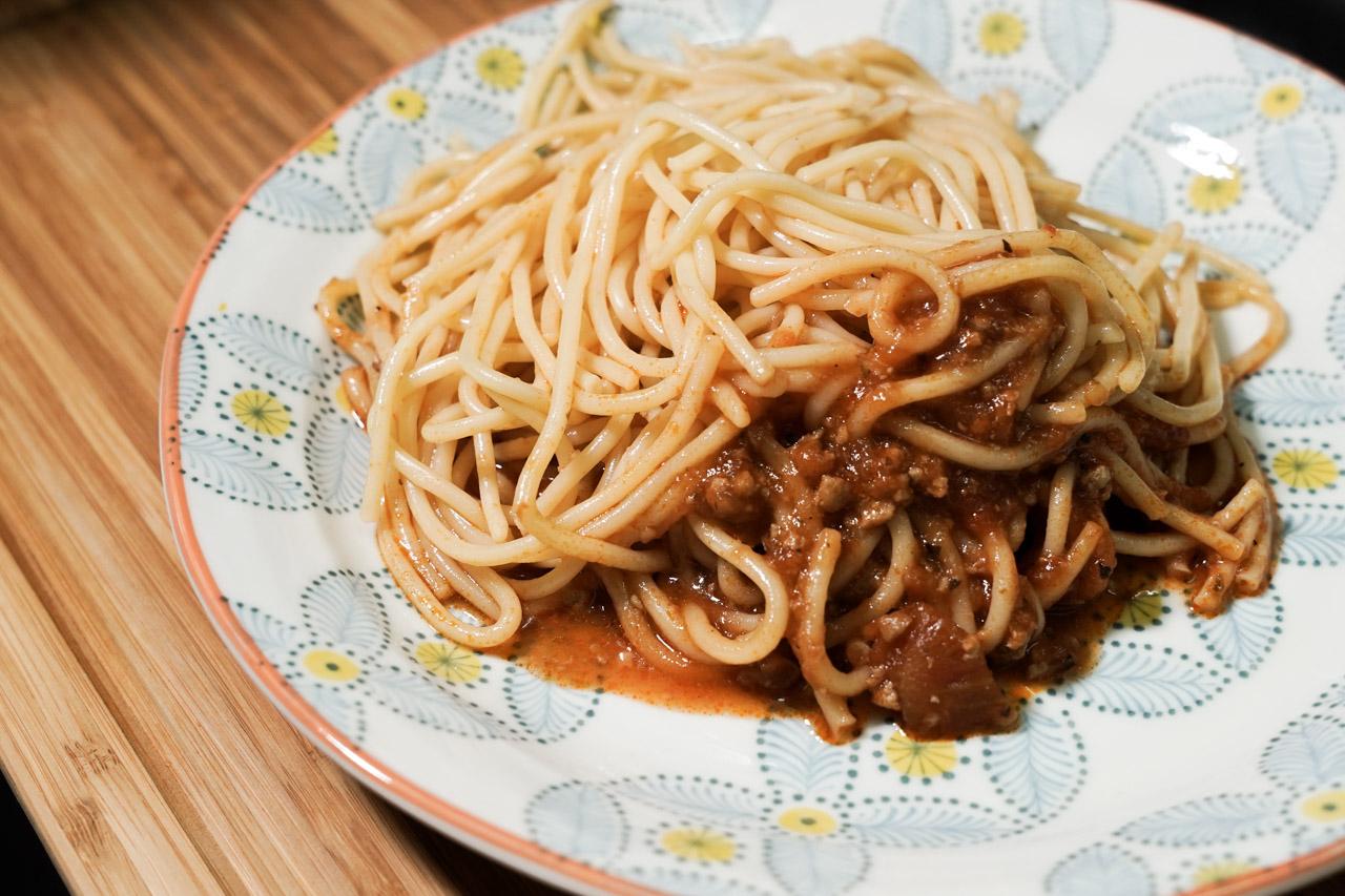 上班族輕食首選也是懶人料理優先選項,特別挑選了3分鐘立即享用美味的「總舖獅來酷客Lioncook.義大利麵系列」,不要小看這個懶人調理包,它可是藍帶主廚研發出不輸現做口感的冷凍義大利麵,號稱零廚藝也能上好菜,可以讓我們下班後用最快的時間吃到美味的食物。