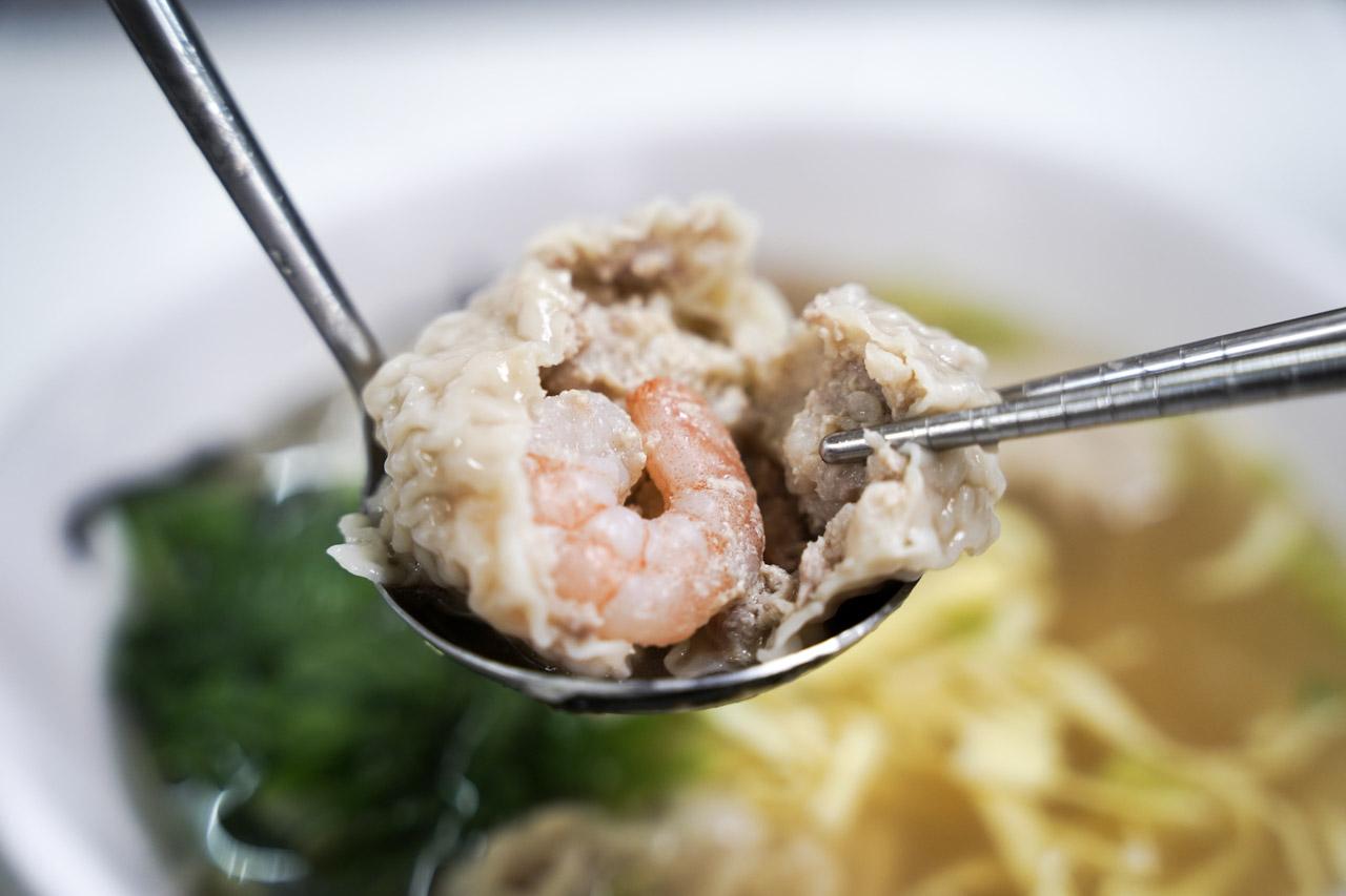 天母士東市場美食多的不得了,這次意外吃到的岳家小館美食,鮮蝦餛飩超大顆,牛肉乾拌麵超好吃,天母美食必吃名單又多了一筆紀錄。