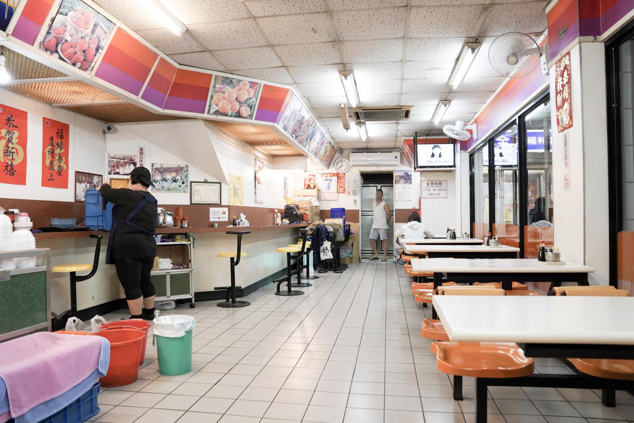 這家原本在大同南路23年的蝦仁羹老店,今天終於來吃了,蝦仁羹本身蠻鮮甜的,是值得推薦的老店「王記蝦仁羹」。