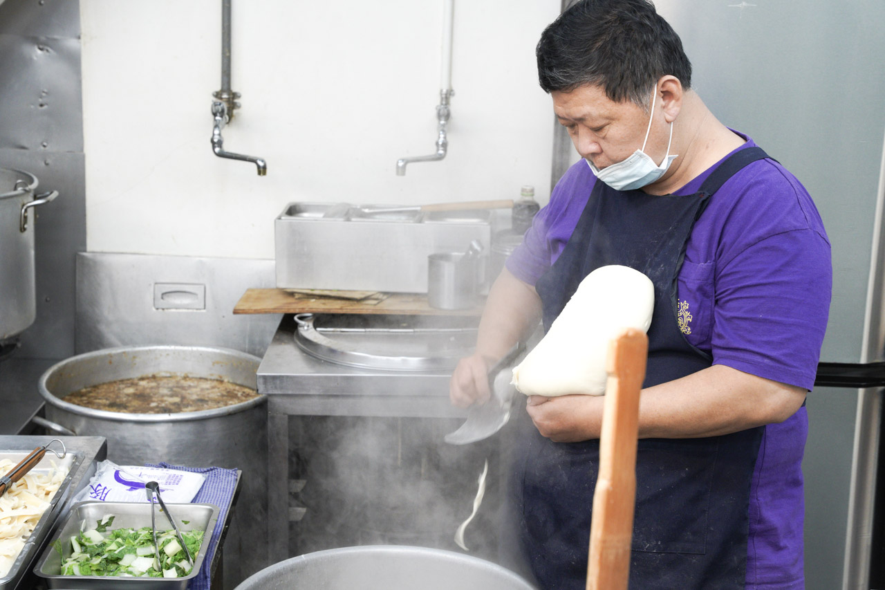 中正紀念堂旁邊南門市場美食,有間合歡刀削麵,它的招牌番茄牛肉麵,絕對是在台北好吃的番茄牛肉麵。