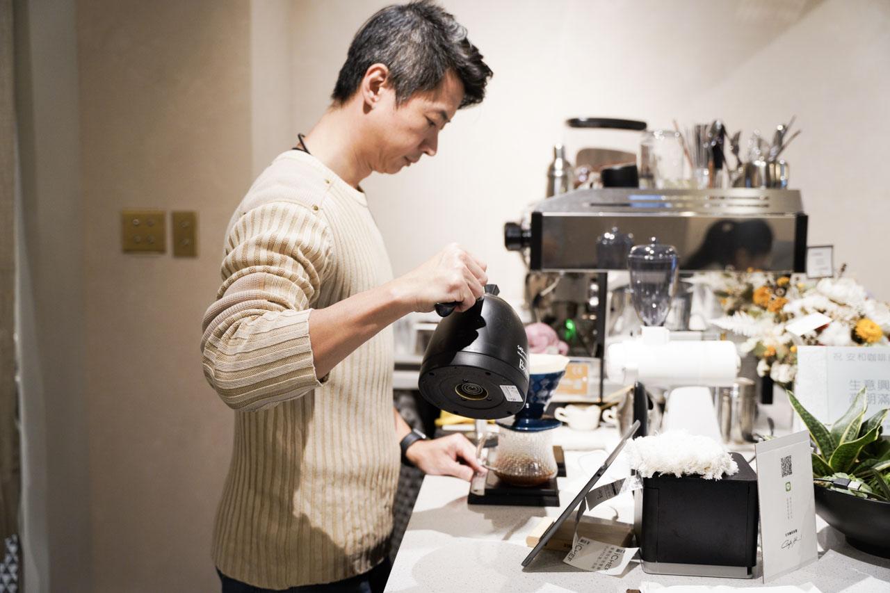 大安區信義安和捷運站旁的咖啡廳安和咖啡商號Cafe Ah,有提供各種香濃醇的手沖咖啡與手工甜點,也有輕食套餐、中式定食可供選擇。