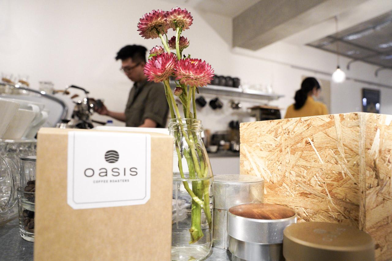 沿路查詢鄰近信義安和捷運站咖啡廳想要續個攤,發現一間「Oasis Coffee Roasters」綠洲咖啡廳,到門口後只看了一眼,覺得我應該會喜歡這間咖啡廳了,心理第一個念頭畫過,英國經典樂團 Oasis 綠洲合唱團經典歌曲開始在我腦海中撥放了起來,昏暗的天空夾帶著綿綿細語,眼前這間前衛又時尚的「OASIS咖啡廳」特別吸引人。