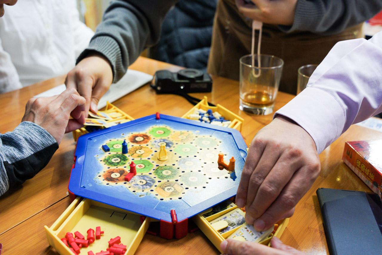 近年來桌遊店非常盛行,礙於出社會工作後就很難聚集同好的朋友一起來這樣的店家,這次有難得機會跟朋友一起來這間貳家桌遊見識一下目前最流行的桌遊世界,真的超級開心的!