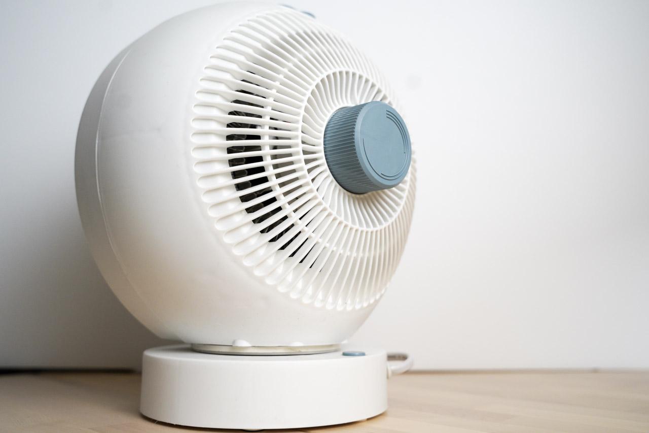 冬天的天氣常常急速降溫,怕冷的我這次買一台高CP值的暖風扇山水空氣循環電暖器SH-FR6超級開心!不論在大小尺寸與功能性,甚至安全機制上都很符合我的需求,這是一台空氣循環扇同時也是一台電暖器,非常值得推薦!