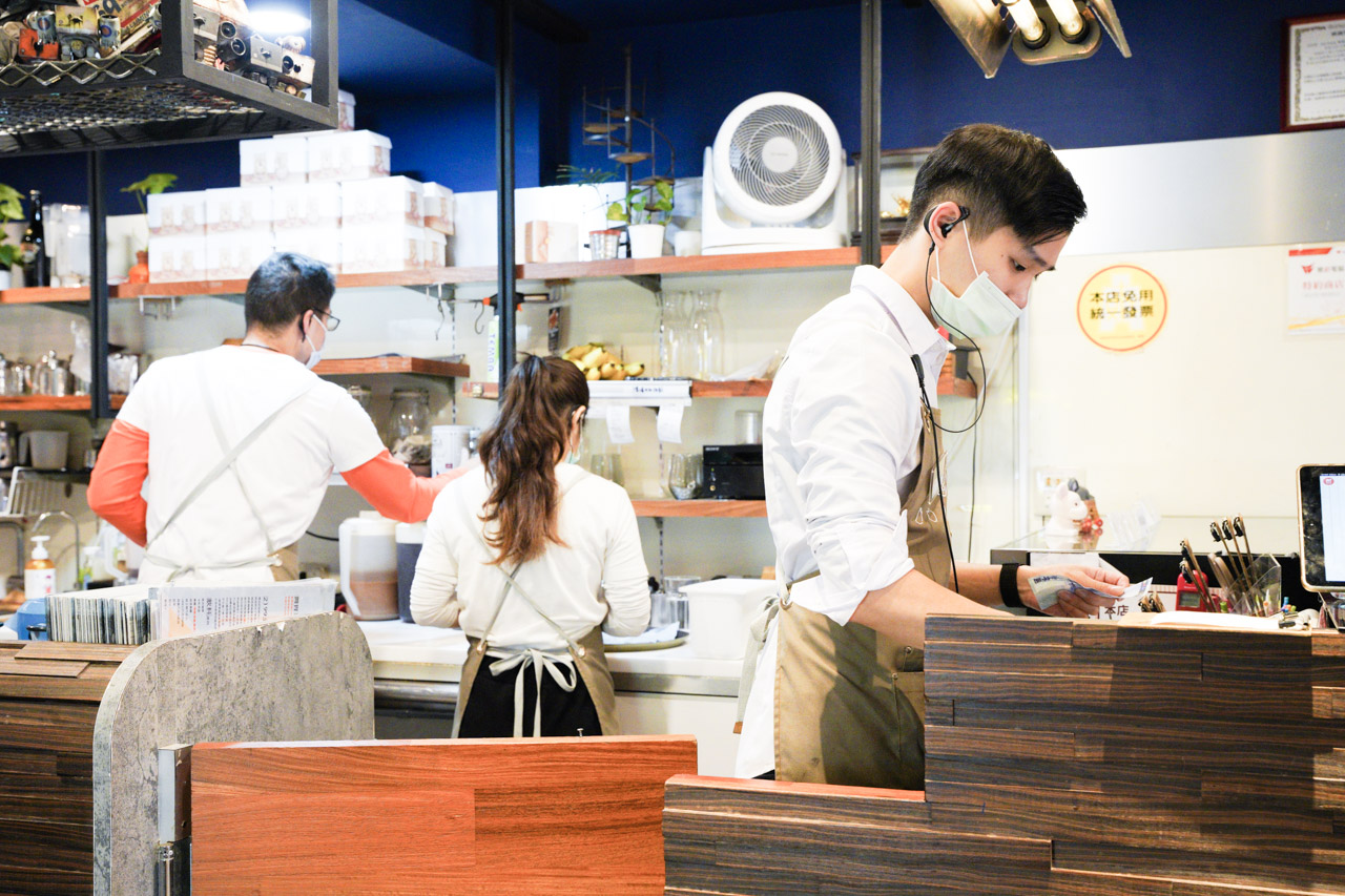 意享美式廚房的LUNA HANDMADE DESSERT甜點部份真的跟我滿滿的期待一樣驚艷沒有失望,香草草莓優格千層太好吃了超級大推,貝里斯皇家奶茶也同時收錄到我個人喜好美食口袋名單之中了,不虧是號稱「美式餐廳耽誤的甜點店」跟「地表最強千層蛋糕」。