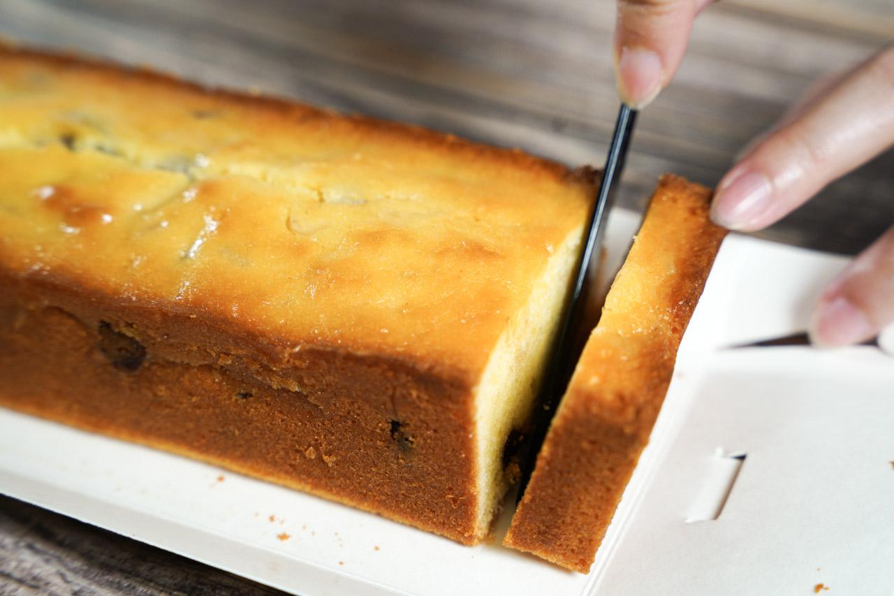 之前吃了一次台中知名甜點店水母吃乳酪的經典乳酪蛋糕後一直讓我念念不忘,這次有機會再吃另一款水母吃乳酪磅蛋糕感到非常開心,我對磅蛋糕的喜愛程度還會再高於乳酪蛋糕多一點,磅蛋糕扎實又濕軟的香甜口感非常迷人。