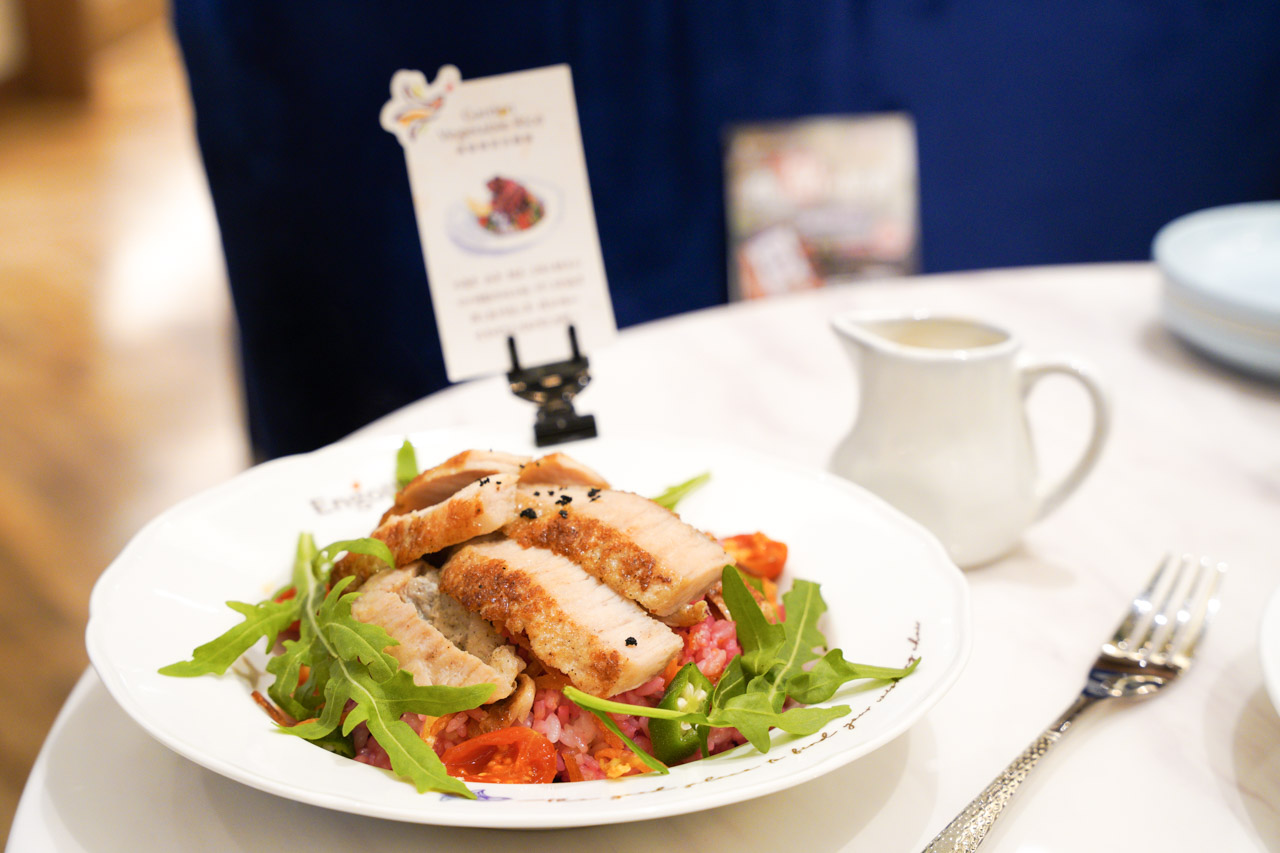 Engolili 英格莉莉輕食館在英倫風的裝潢下拍起照美輪美奐,食物方面也具有特色風格,英格莉莉台北車站旗艦店獨家販售的司康不但外表製作的非常華麗,味道也是水準之上。