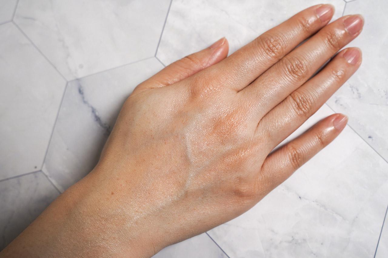 近半個月的使用後對於BIO香草滋養護手霜個人覺得很滿意,最喜歡它在皮膚上擦完不油膩還保有被滋潤但又維持清爽的觸感,有保養的皮膚摸起來是滑順的手感,未保養的皮膚則是明顯有阻力。