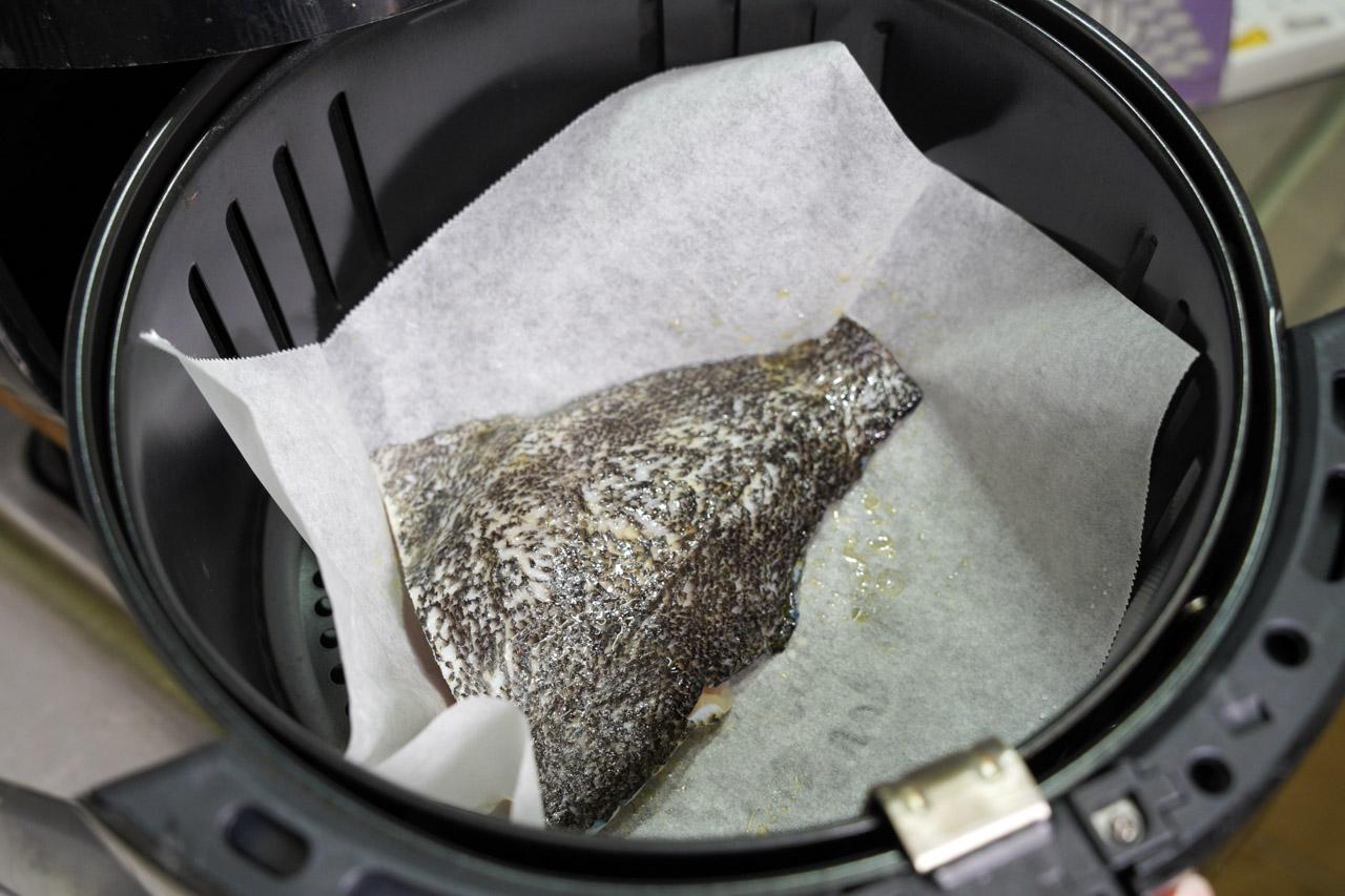 準備好要料理的食材:小斑斑無毒龍虎斑魚排氣炸溫度設定約160度,時間15分鐘,最後兩分鐘時可調高溫度至200度,讓表面可以更加交一點,每家氣炸鍋設定不同,記得炸到一半時可以先拉開氣炸鍋看看熟成度