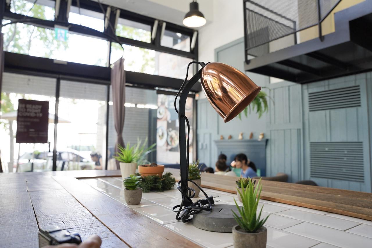 Smile Coffee 憲賣咖啡熱河店位在台中北屯區,來之前我還不知道憲賣咖啡原來是這麼具有風格的一間店!整間店的從佈置到餐點飲食都充滿我喜愛的北歐風格!在這環境空間舒適,食物種類選擇多而且美味,與好朋友來個午餐約會閒話家常,讓彼此心情都特別好特別開心。