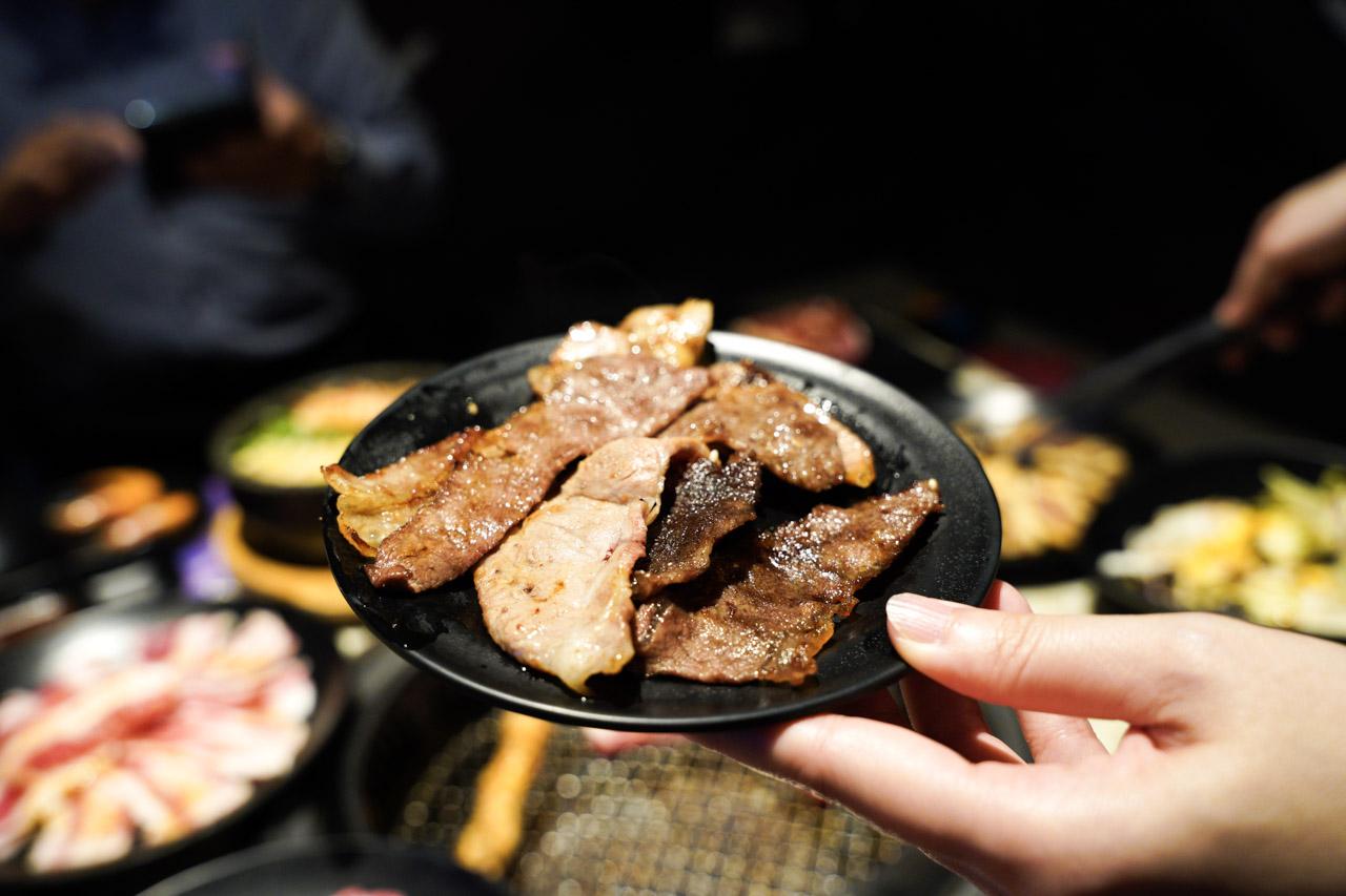 從沒想過燒肉結合唱歌,能把澳洲和牛吃到飽,還可以一邊歡唱KTV,這是一間有特色的包廂餐廳,在捷運土城線附近的日月光廣場,Shock燒肉 星際店老闆的想法很新穎,火烤兩吃把燒肉結合KTV包廂歡唱中還能大口吃燒肉,若要說在新北燒肉推薦或是土城燒肉推薦,它一定不會被錯過!
