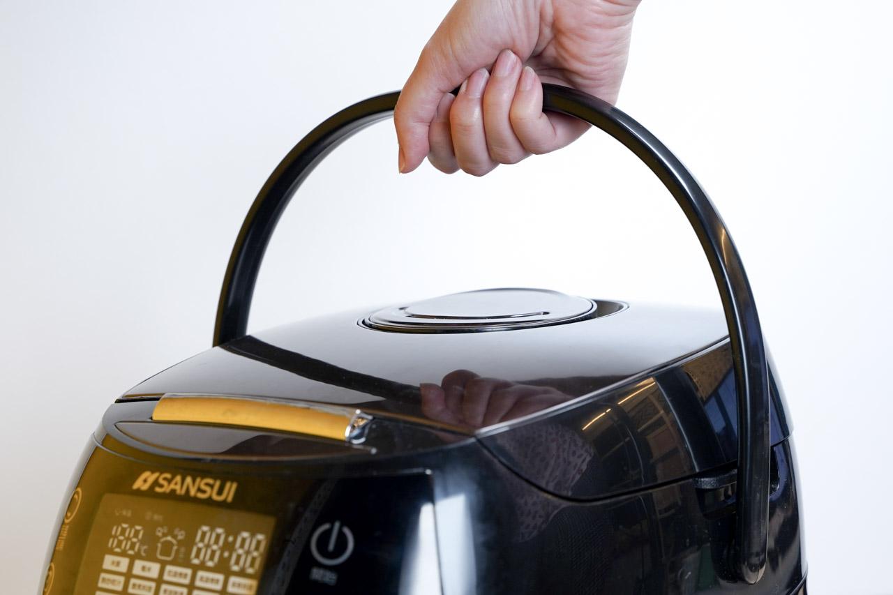 SANSUI山水智能萬用鍋SRC H58是一台有15種功能集於一身的廚房家電,堪稱廚房料理最佳幫手,5L的大容量足以應付大部分的家庭料理所需要的食材,利用先進的技術智能,控制時間與溫度,萬用鍋料理讓家裡的餐桌天天出好菜。