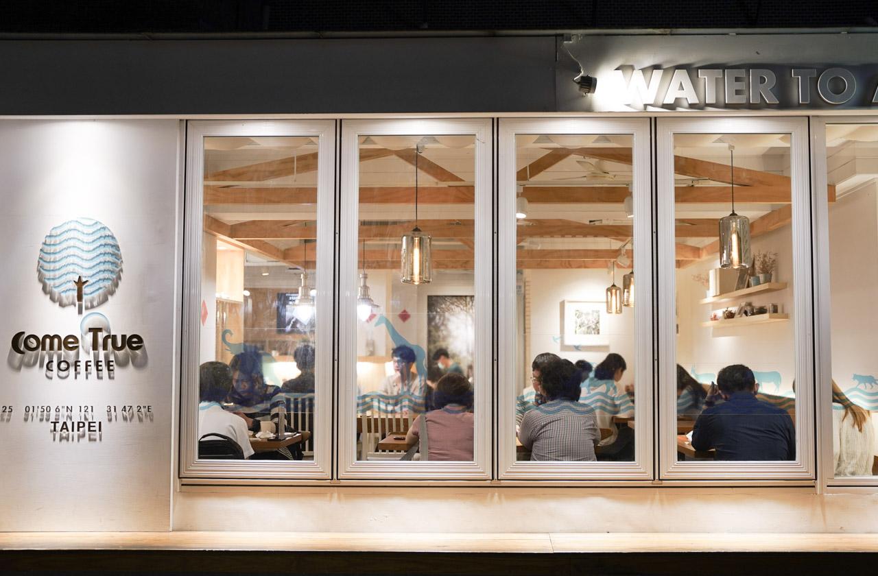 知名的咖啡廳成真咖啡永康店,它榮獲2020台北咖啡節 TSCA 金杯獎義式咖啡組TOP 5殊榮,在網路上知名度超高的舒芙蕾厚鬆餅以及台北限定的花漾瑰蜜,這也是廢人小姐想要去的主意原因之