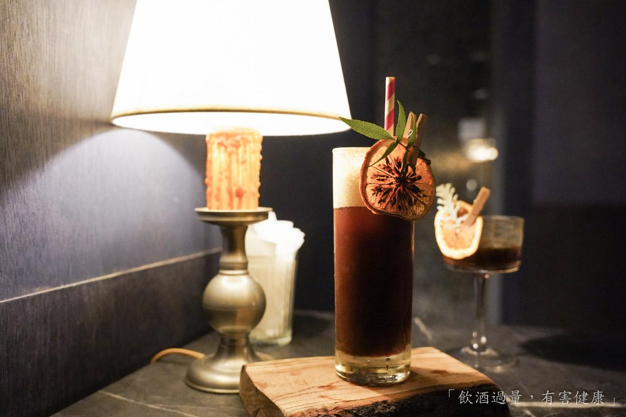 在台灣咖啡館跟酒吧很難聯想在一起,但在國外這兩者越來越密不可分,結合在一起已經是件稀鬆平常的事情,因此老闆就很想把這樣的風氣給帶進「Funs Club」,找到咖啡裡頭的風味,利用那些獨特的風味來做一杯調酒,讓大家可以感受咖啡與調酒結合的魅力。