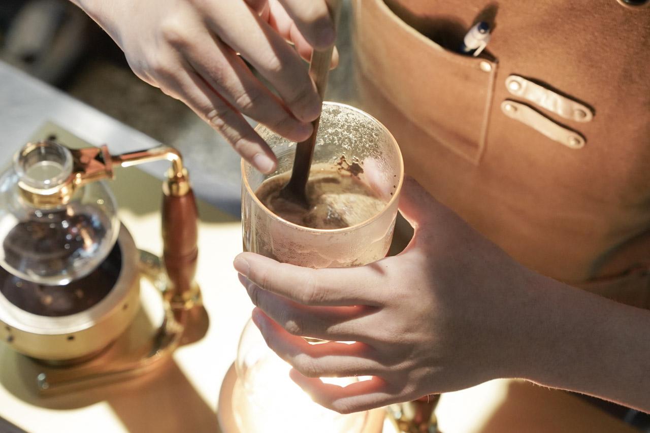 Peace & Love Cafe 咖啡館在冠軍咖啡師的堅持之下,手沖咖啡品質真的沒話說,採用虹吸咖啡壺出杯非常具有特色。鄰近捷運大坪林站,交通便利,手工甜點推薦必吃,還有客製化烘豆貼心服務。