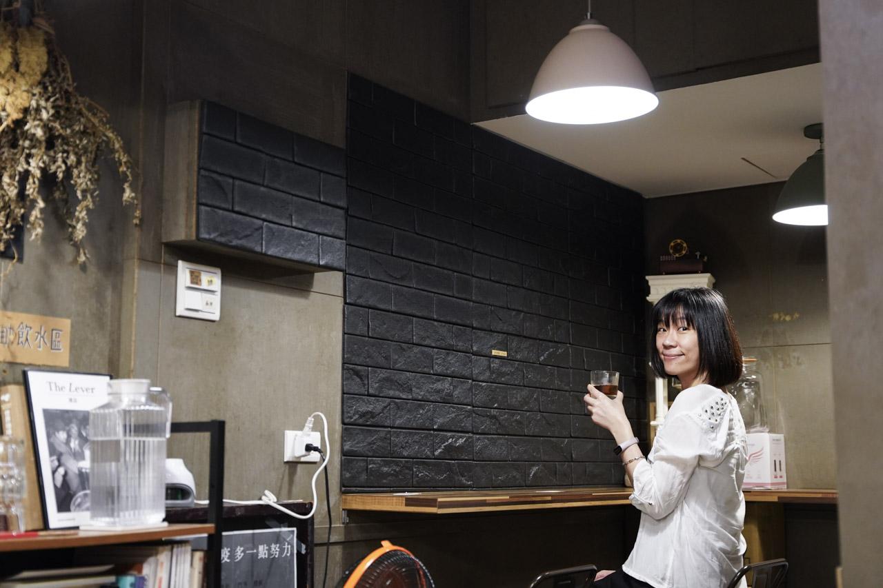 偶爾會跟廢人小姐約在萬華吃晚餐,因為在萬華區附近有好多美食,這天晚上我們在兩喜號吃過晚餐後到附近散散步,今天遇到了呆待咖啡,喝了杯充滿在地人情味的青草茶咖啡。