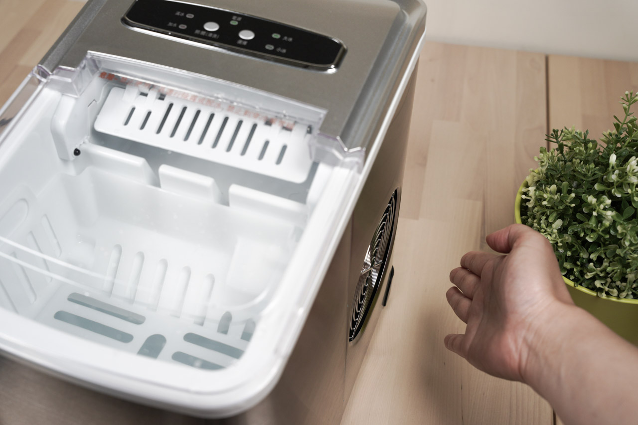 夏天喝飲料最需要搭配的就是冰冰涼涼的冰塊,炎熱的天氣就是要喝冰的才爽快,不冰的飲料我可是不喝的!KOHZII 康馳 微電腦全自動製冰機 KIM1200 6-8分鐘快速製冰,自己動手做最安全,再也不用買冰塊了。