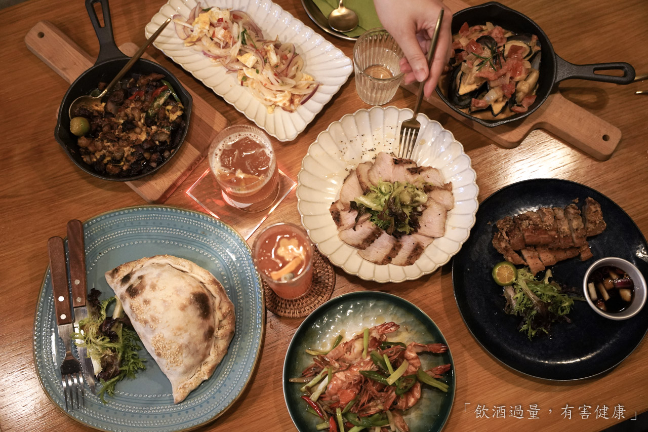 這間位於新北板橋的「來吧 sunset」 的南洋風餐酒館絕對是下班讓你放鬆的首選地點,平價的美味餐點讓你可以從晚餐一路吃到消夜時間,台灣人也愛吃的南洋純正佐料美食,加上店內提供的創意調酒非常適合聚餐聊天與好友下班小酌。