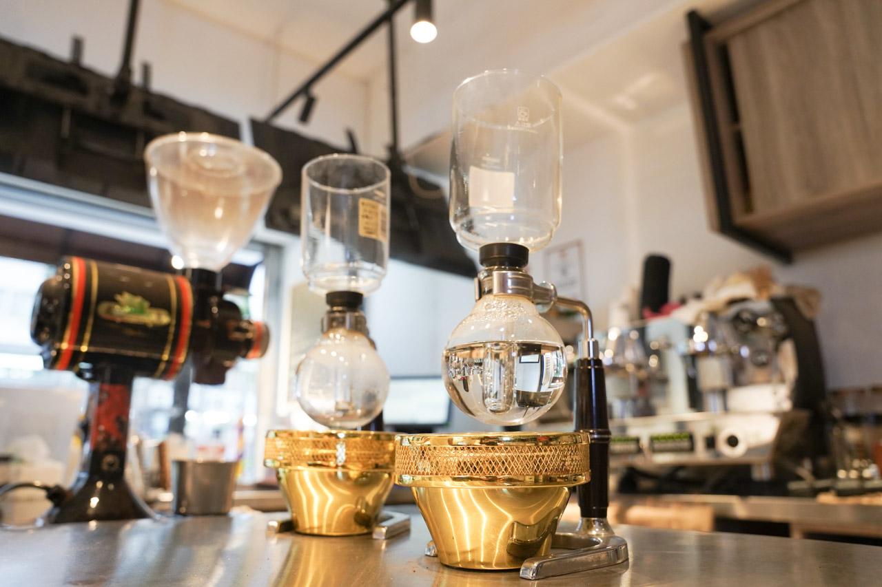 位於台北捷運科技大樓站附近的ER咖啡.ER Coffee,這間咖啡廳老闆煮出來的虹吸咖啡讓我驚豔連連,隨手挑了咖啡豆耶加雪夫、水洗、G1,喝起來口感風味絕佳,野薑花、佛手柑、檸檬、杏桃,嘴裡香氣濃郁且厚實。