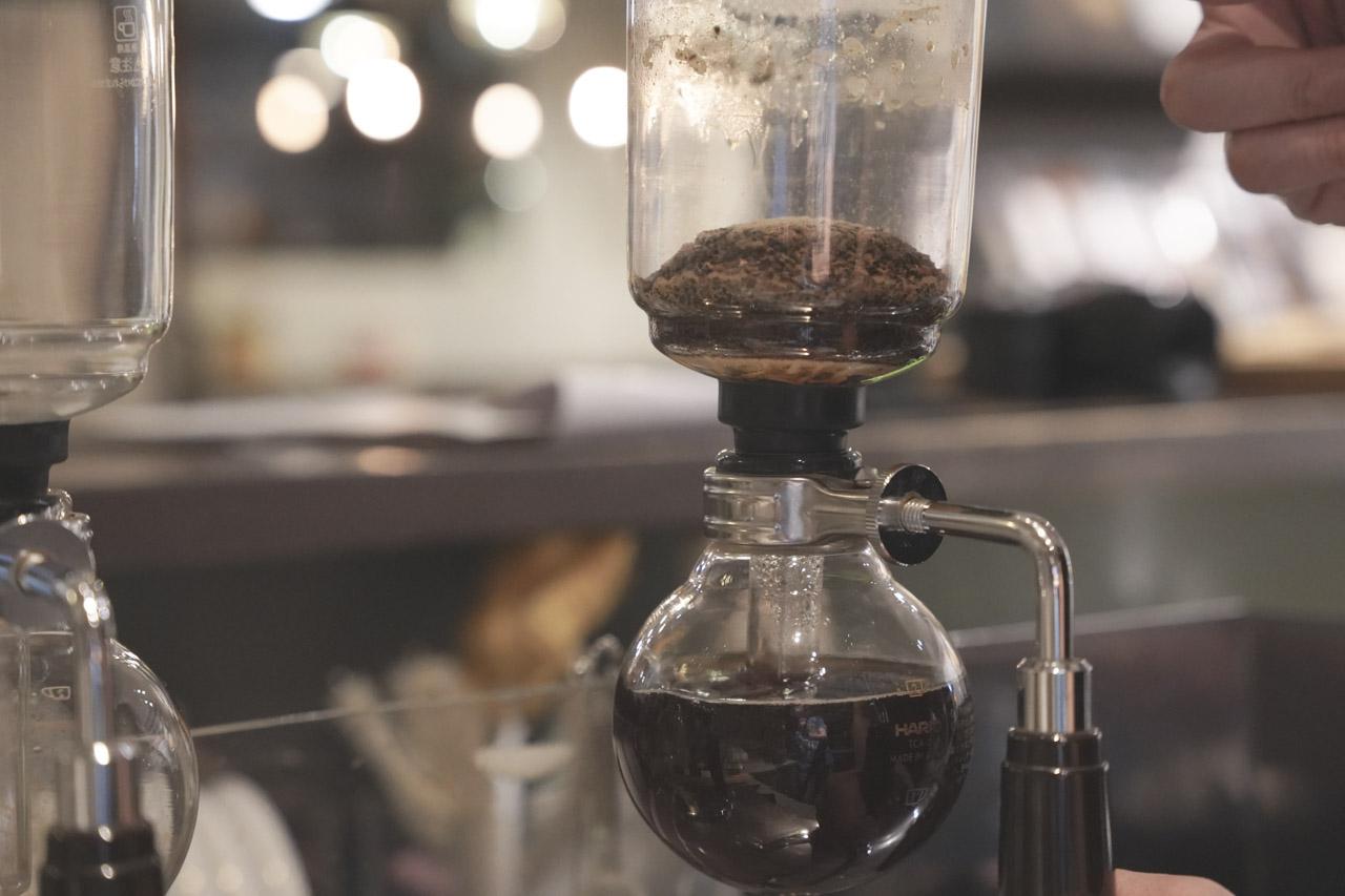 今天會造訪「慢步調咖啡館」最主要是想喝老闆親手煮的虹吸咖啡,慢步調咖啡館隱身於熱鬧的東區巷弄中,鄰近SOGO百貨與忠孝復興捷運站旁。老闆從事咖啡行業多年,投入恩師卓偉民老師門下後開始發光發熱至今。