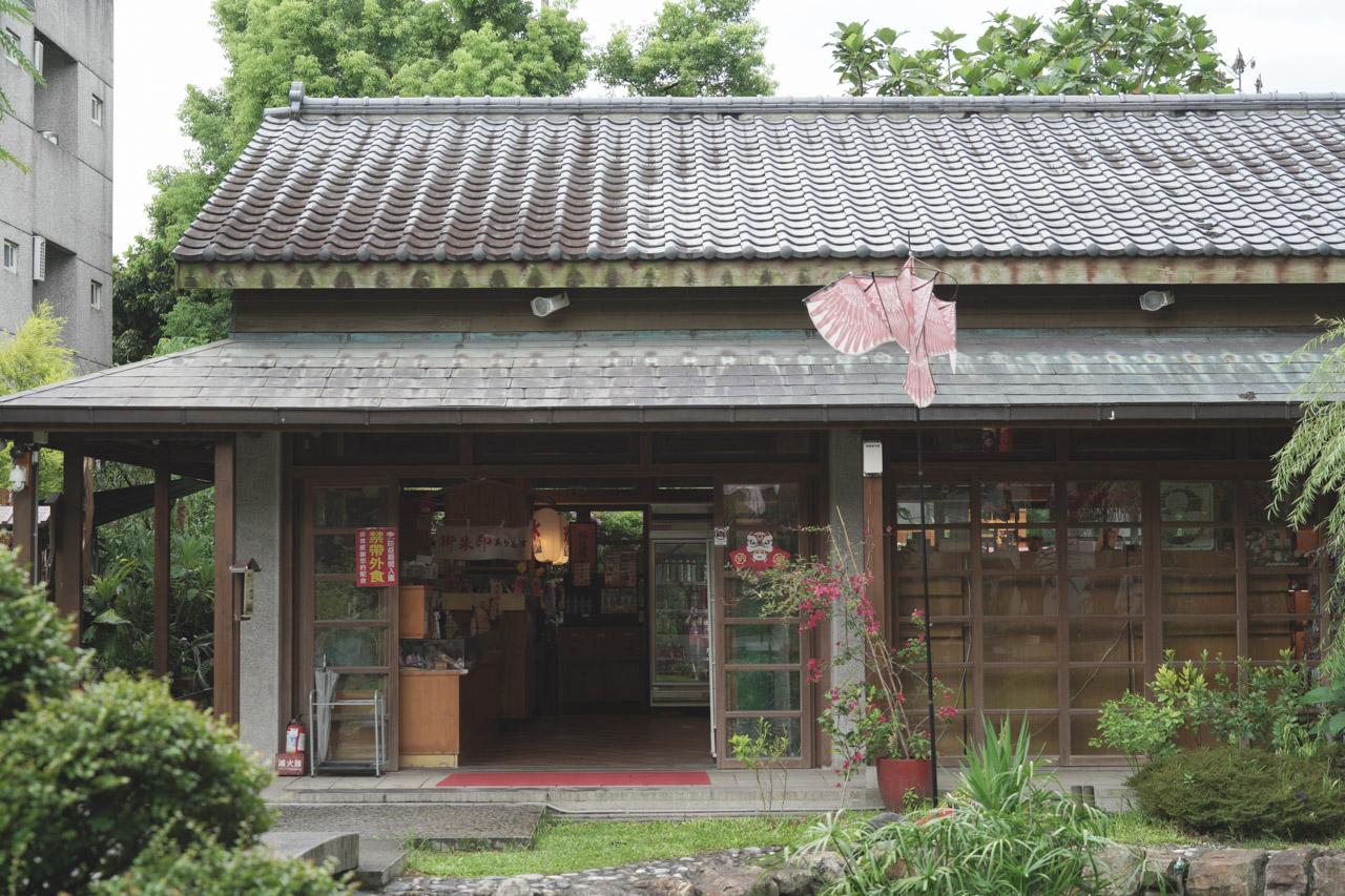 金澤居民宿位於花蓮吉安鄉,是以日式綠建築為主題,民宿緊鄰花蓮木瓜山,在房間內就可以看見美麗的山景好不愜意,在金澤居猶如身處於世外桃源,在台灣小旅行很適合來這裡感受一下花蓮之美。