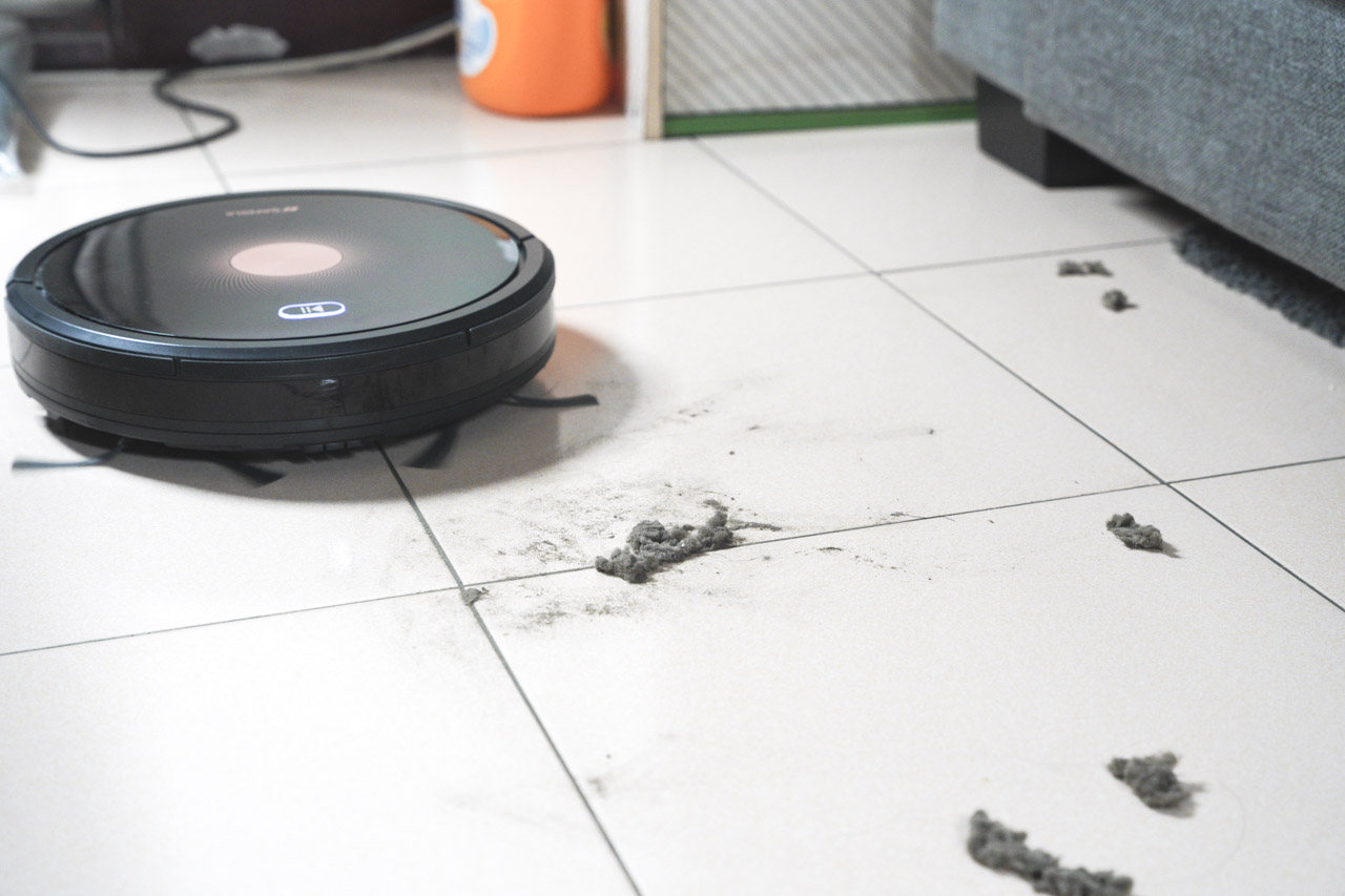 適合小資族的平價掃地機器人,非常推薦 SANSUI 山水WIFI智能掃拖掃地機器人 SRV-A11 ,這台掃地機器人價格實在, 2000PA超強吸力,只有8公分超薄機身,可以輕鬆清潔大部份的傢俱底部,如果預算不高想找入門款的掃拖機器人,非常推薦這台掃地機器人 SRV-A11!