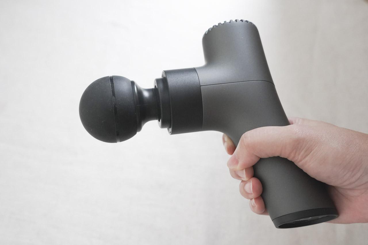 TUK體育刻推出的 MAC 10 震動按摩槍,擁有4種實用按摩頭配置,體積很小方便出門攜帶,運動後能幫助肌肉舒緩放鬆,三段式馬達可以隨自己喜好調整,充電又方便。