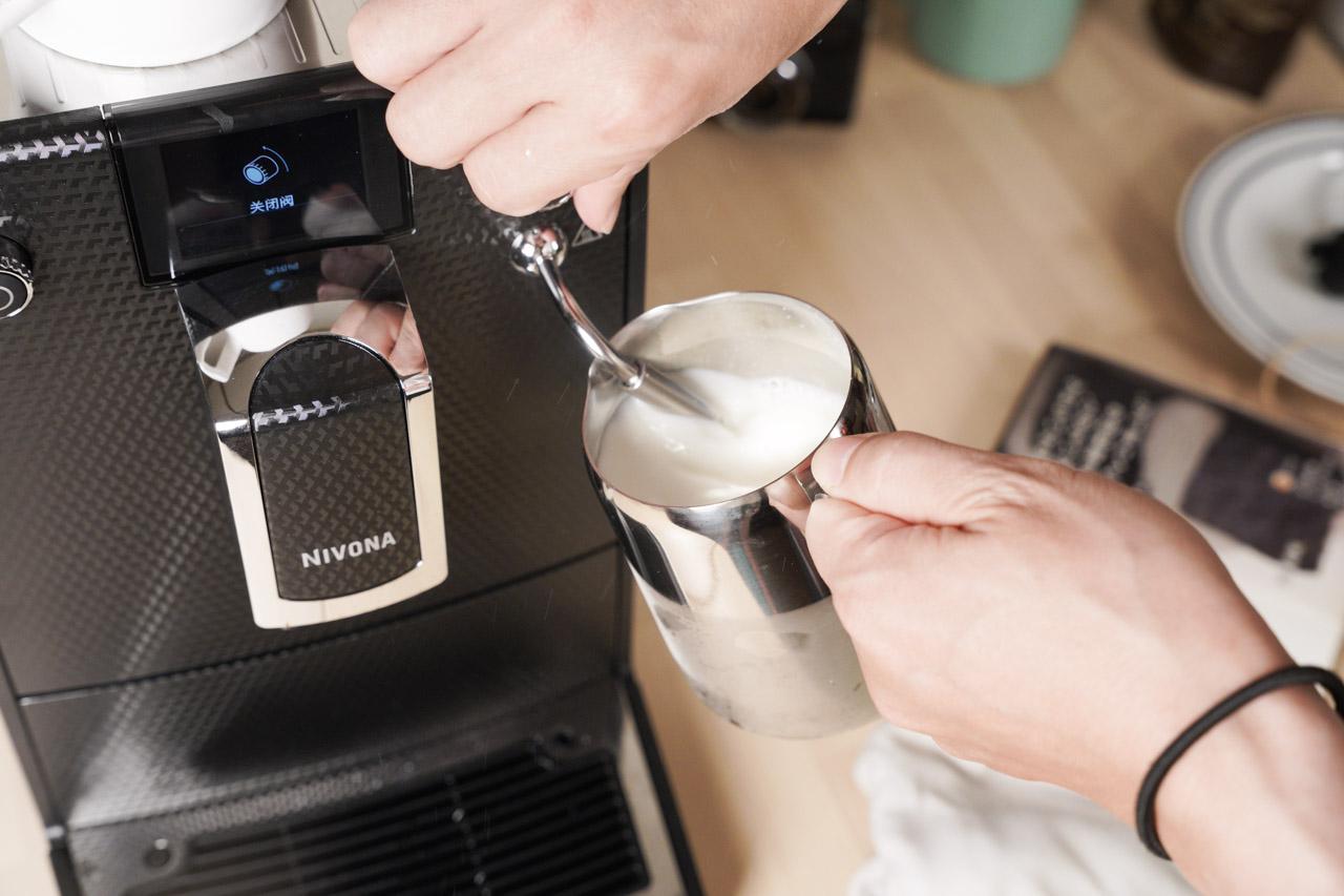 這次有機會可以開箱 NIVONA NICR 680 都要感謝好朋友的幫忙,知道我想買咖啡機特別推薦這台來自德國紐倫堡的 NIVONA 全自動咖啡機 NICR 680,號稱可以沖煮出手沖咖啡口感的咖啡機,讓我一聽就忍不住躍躍欲試,以下心得是我實際使用長達一個月的試用報告。
