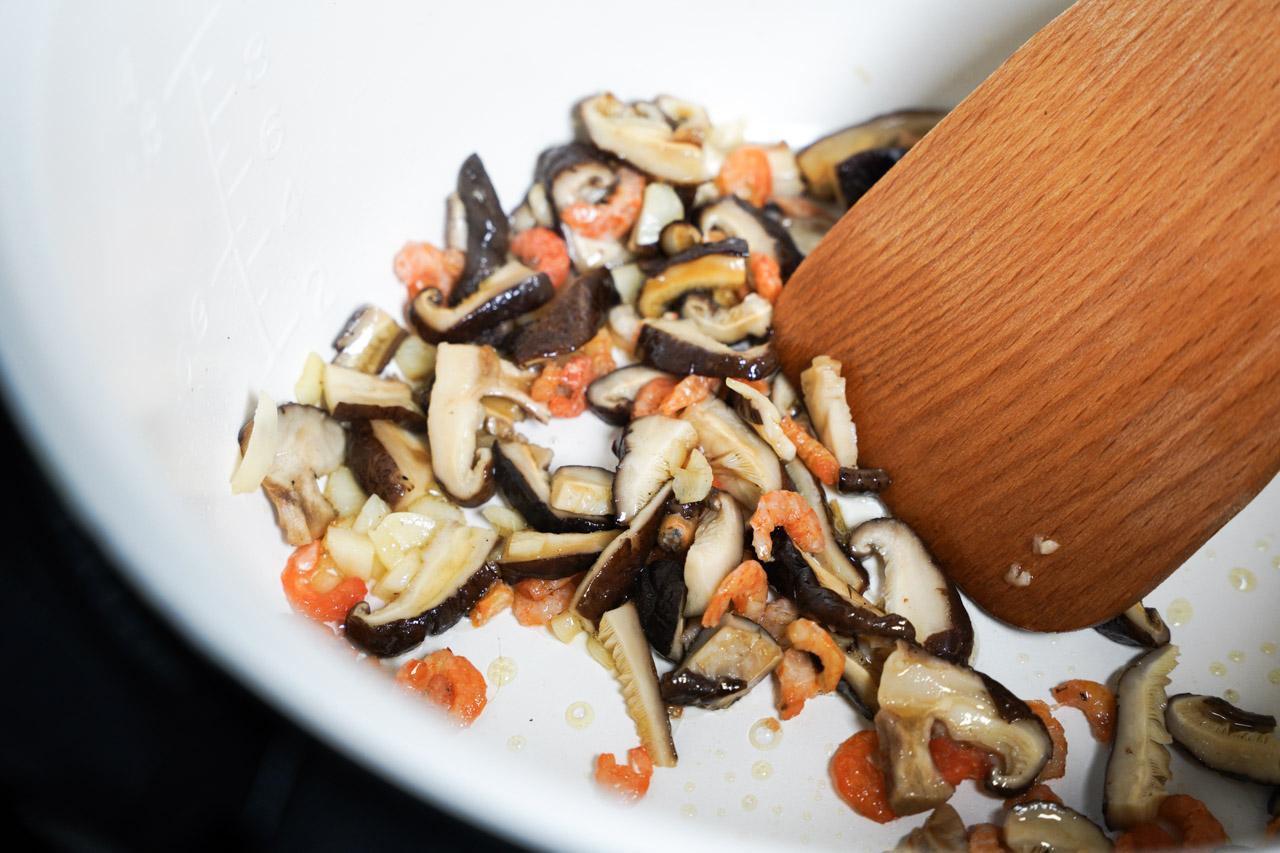 喜歡吃粥但又不想只吃清粥,最愛的搭配就是加上芋頭了,在外面買的芋頭粥料大多少的可憐,自己煮就可以放好放滿吃個過癮,這次就來煮個萬用鍋香菇芋頭粥吧!