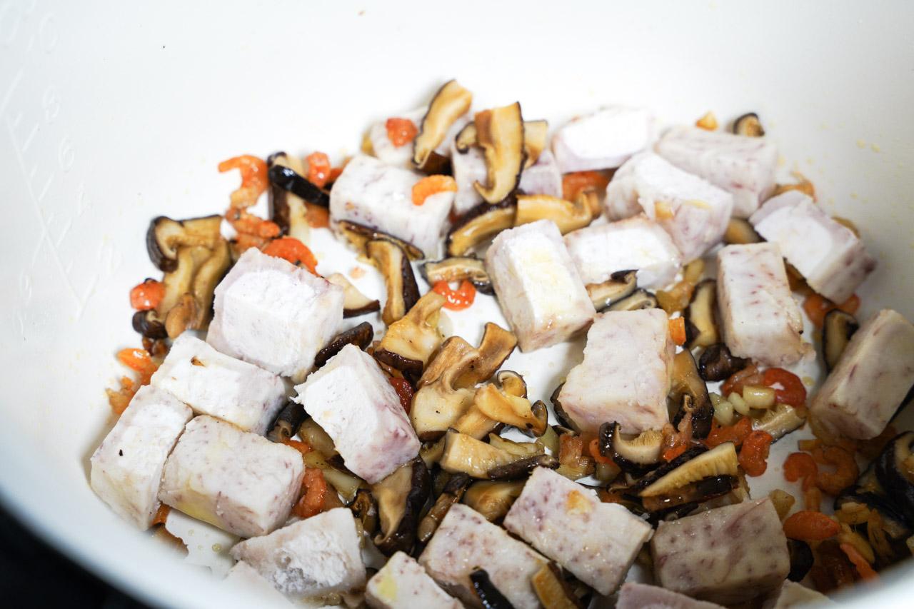 準備食材如下:米2杯芋頭蝦米乾香菇柴魚片大蒜青蔥鹽胡椒水(米的8倍)