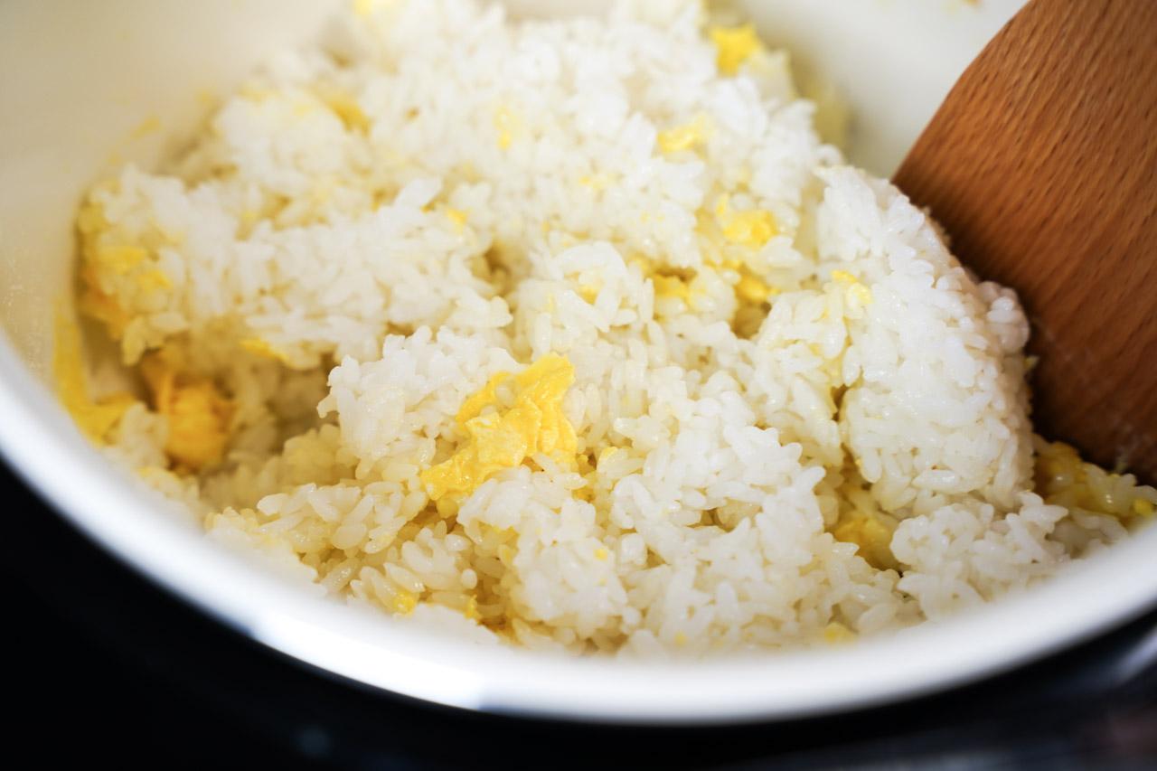 用萬用鍋也可直接打開鍋子料理,直接用萬用鍋炒出好吃的奶油培根蛋炒飯!培根的香氣加上奶油的甜味交融,再融合醬油鹹香味的蛋炒飯我可以吃兩大碗