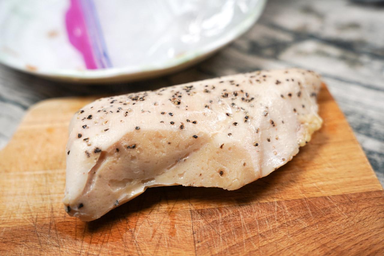 做一道非常容易處理的舒肥雞胸肉料理,舒肥雞胸肉有低脂的好處, 使用的雞肉部位是雞肉胸前的瘦肉組織,因此吃進肚子裡的油脂含量就變得非常少,再加上簡單調味就很美味!