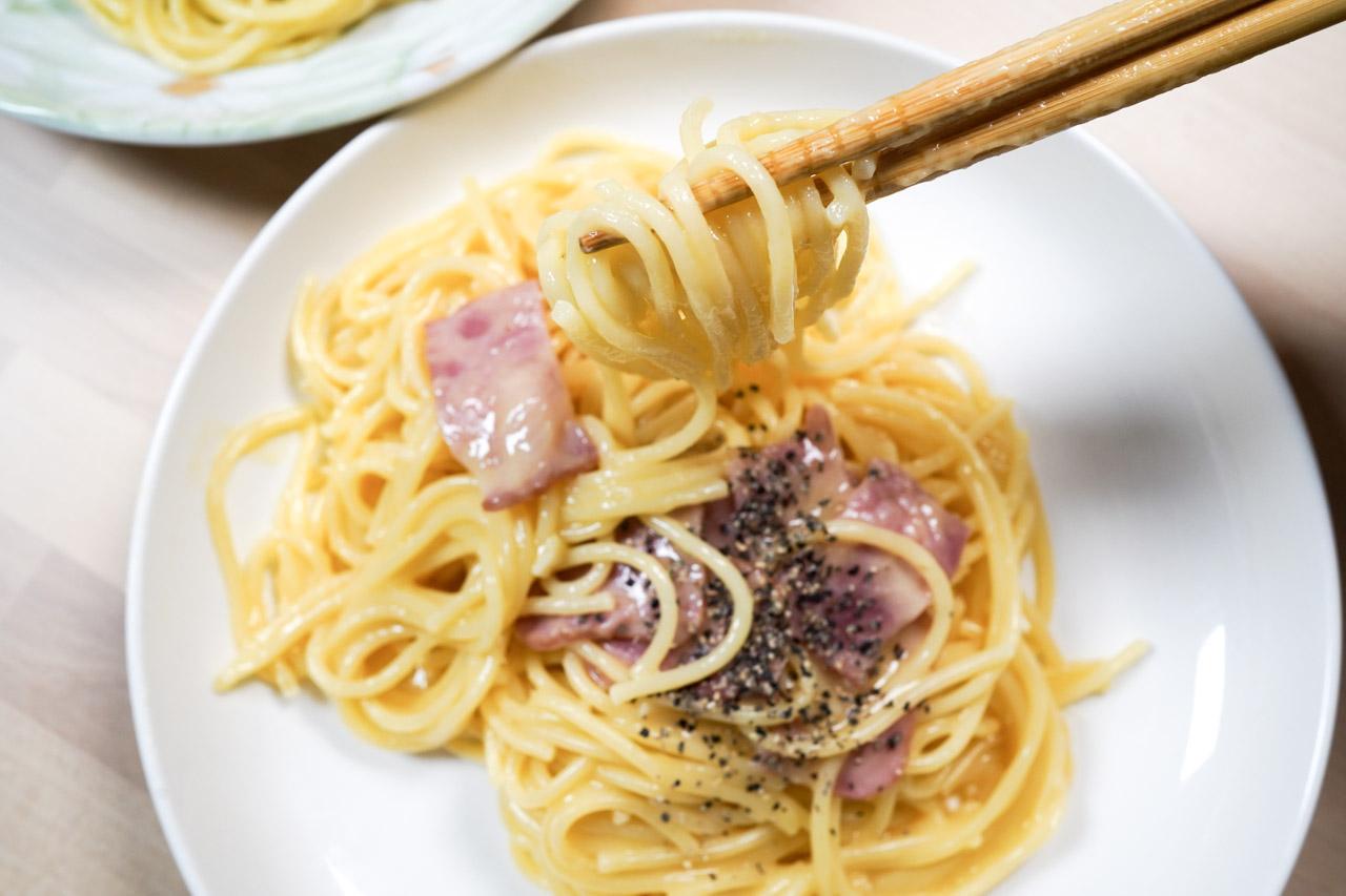 用智能萬用鍋也可以炒出好吃的奶油培根義大利麵喔!培根的香氣加上白醬奶油的甜味交融,再搭配Q彈的義大利麵成為絕佳的組合,餐桌上不敗料理!